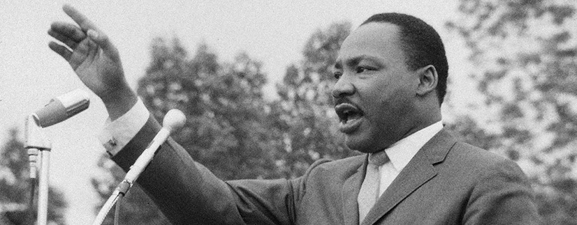 MLK全副武装,举着两个麦克风站在他面前