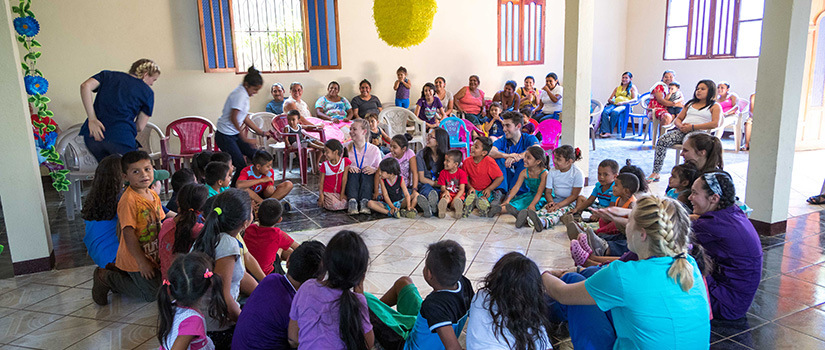 A group of Nicaraguan children play games with USC students.
