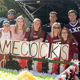 students holding a homecoming sign